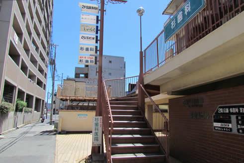 階段を登って、右側に事務所があります。