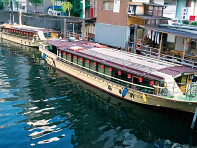 屋形船で町並みを眺めながら食事と新喜劇
