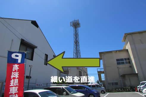 途中で右手に鉄塔が見えます。細い道をそのまま直進してください。