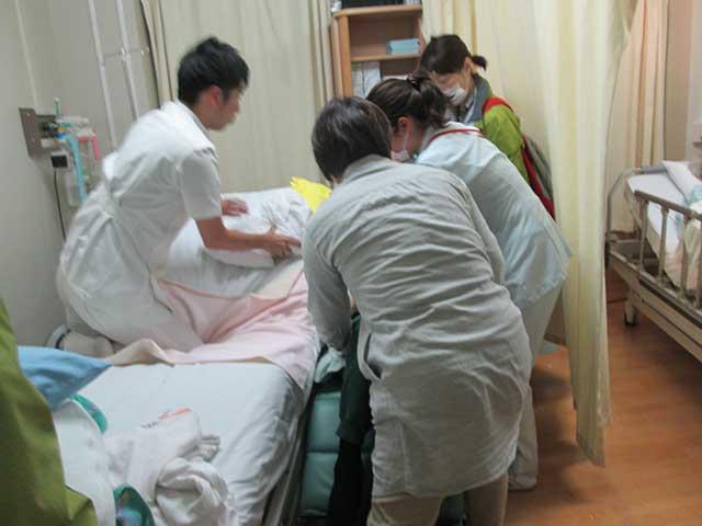 病院スタッフと弊社スタッフで荷物の確認等準備します。
