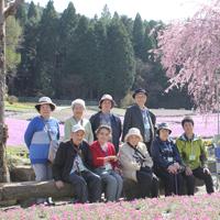 写真:芝桜の中での集合写真