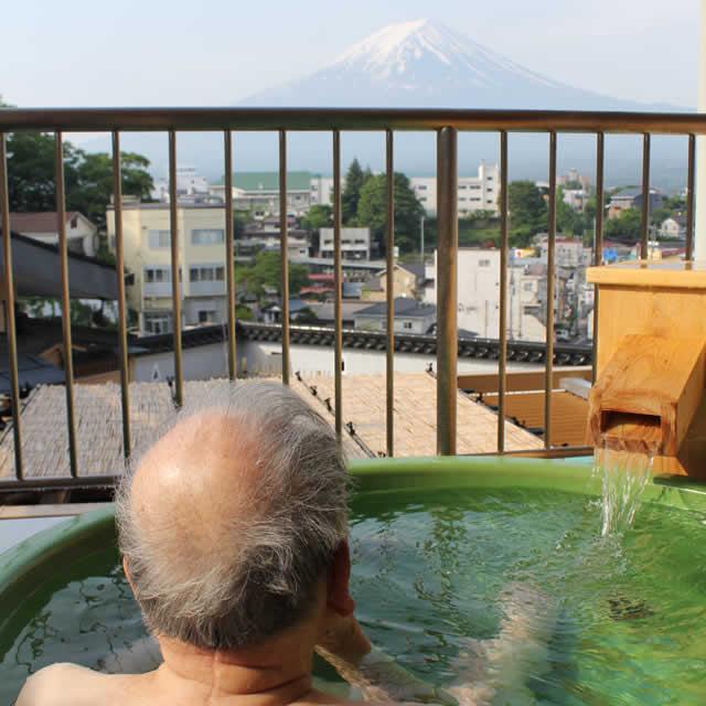 写真:露天風呂から富士山を眺める