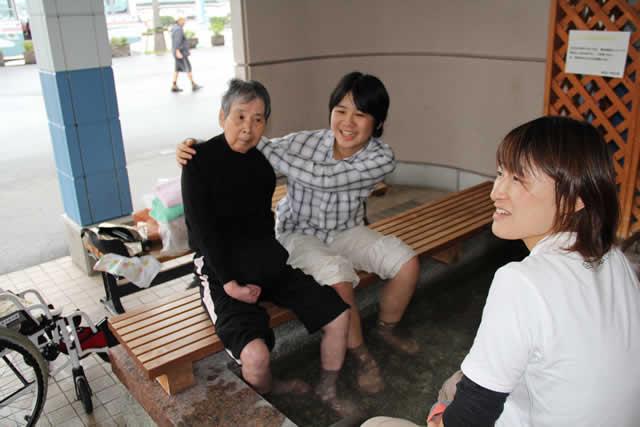 写真:お孫さんと足湯