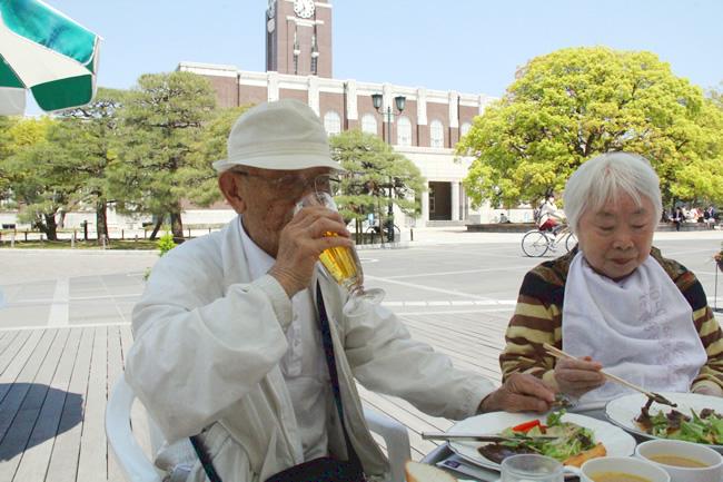 昼食を楽しむお二人