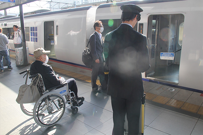 写真:車椅子で特急はるかを待つお客様