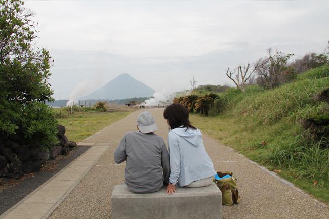 写真:開聞岳を見つめるお客様の背中