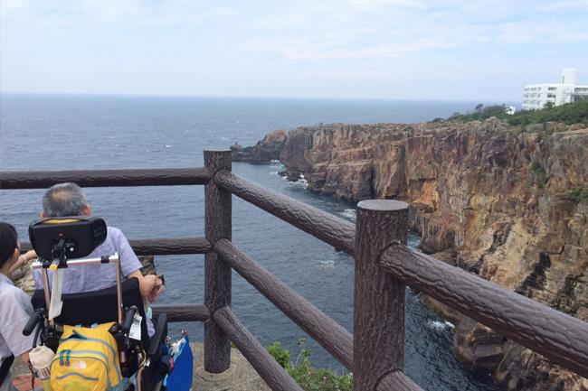 写真:海に張り出した展望台から景色を楽しむ