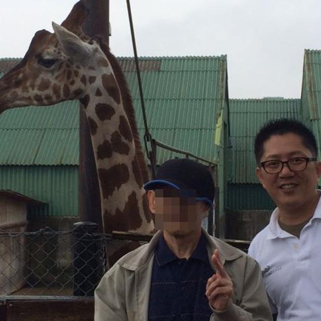 写真:キリンの横顔をバックにお客さまとエスコートスタッフ