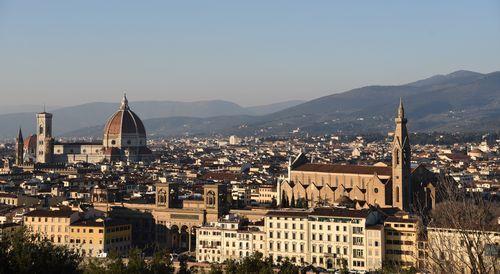 写真:イタリアの街を見下ろす