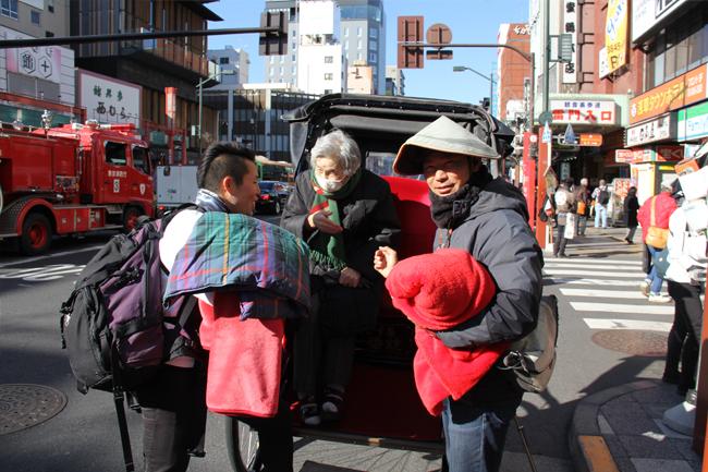 写真:人力車での観光を終え、興奮さめやらぬTさん