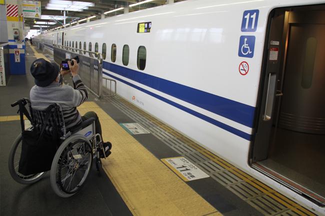 写真:新幹線の写真を撮るお客さま