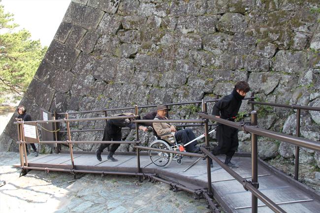 写真:お城に設置されたスロープもすいすい