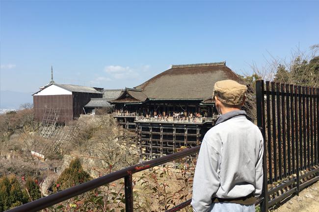 写真:清水寺を見つめるお客さま