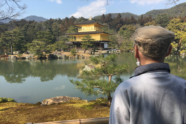 写真:お客さまの背中越しの西本願寺
