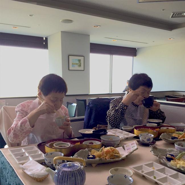 写真:お食事を楽しむお客様