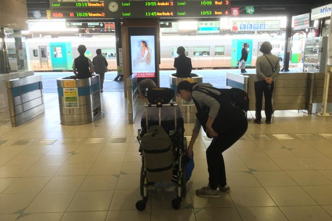写真:駅でのお客様と看護師