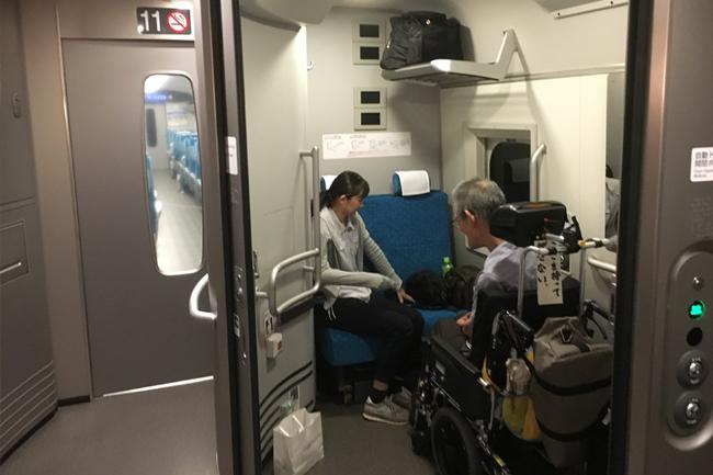 写真:新幹線で移動