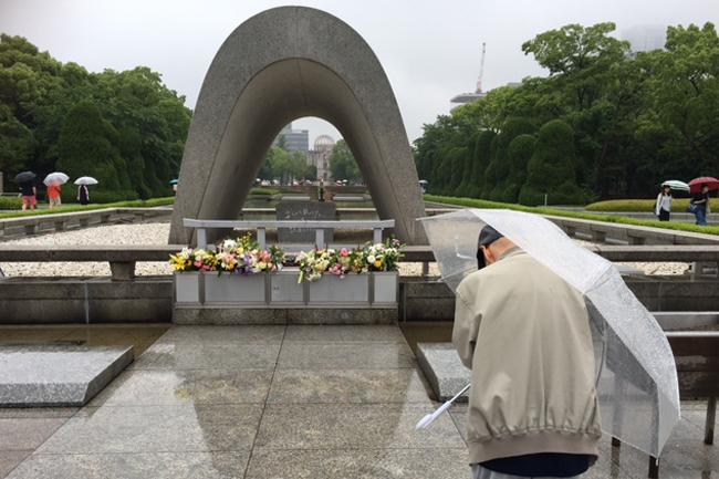 写真:原爆死没者慰霊碑に祈りを捧げるお客様