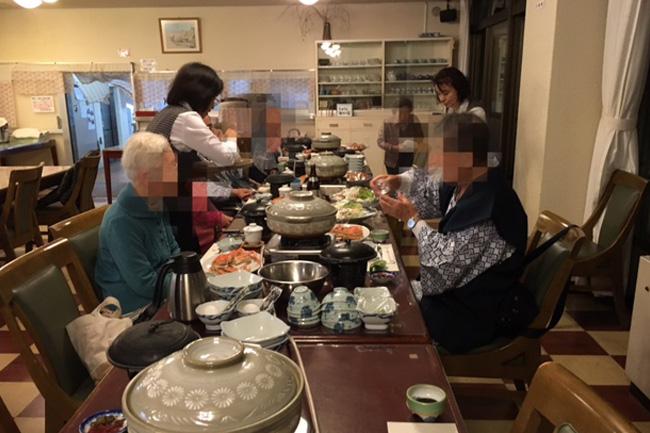 写真:食事を楽しむお客様