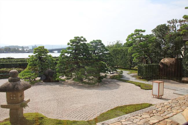 写真:整えられた日本庭園