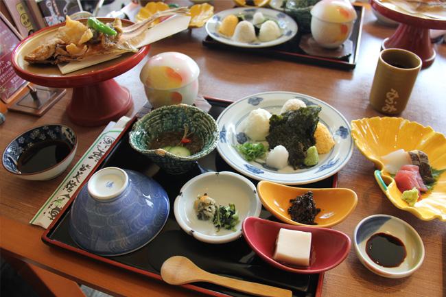 写真:美しく盛り付けられたお食事