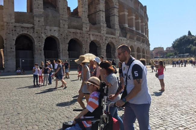 写真:イタリア現地コーディネーターに車いす介助を受けるお客様