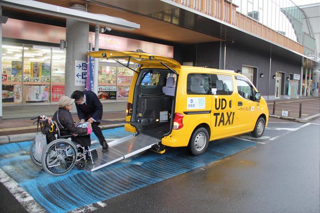 写真:なんともかわいらしい黄色いユニバーサルタクシー