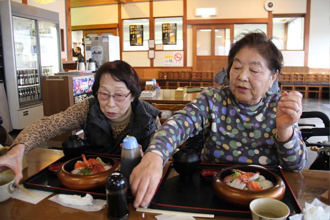 写真:お食事に舌鼓を打つお客様