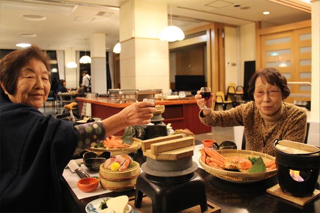 写真:豪華な夕食の始まりは乾杯で