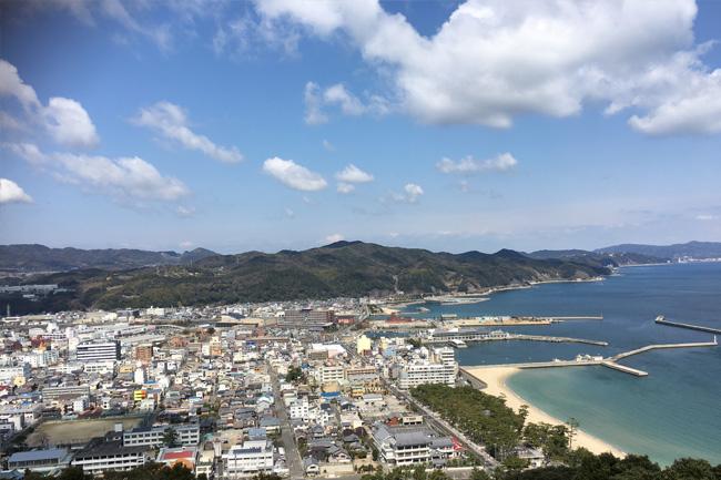 写真:青空と洲本の街