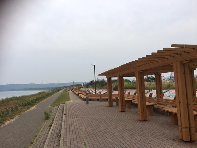 写真:長い長いベンチ