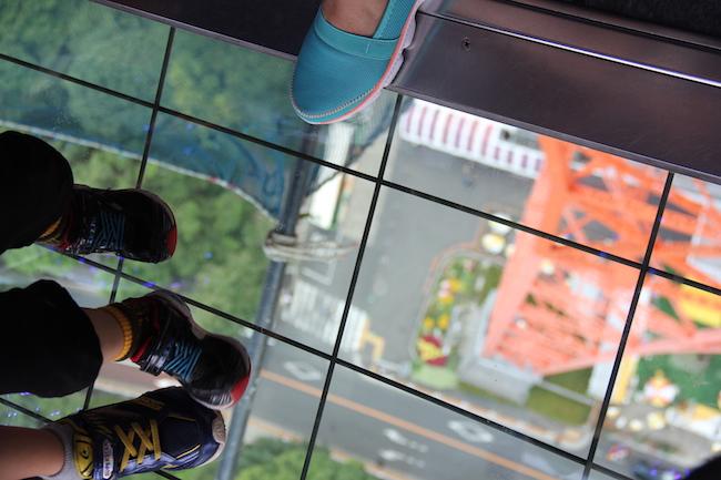 写真:ガラスの床。ガラス越しに地上が見える