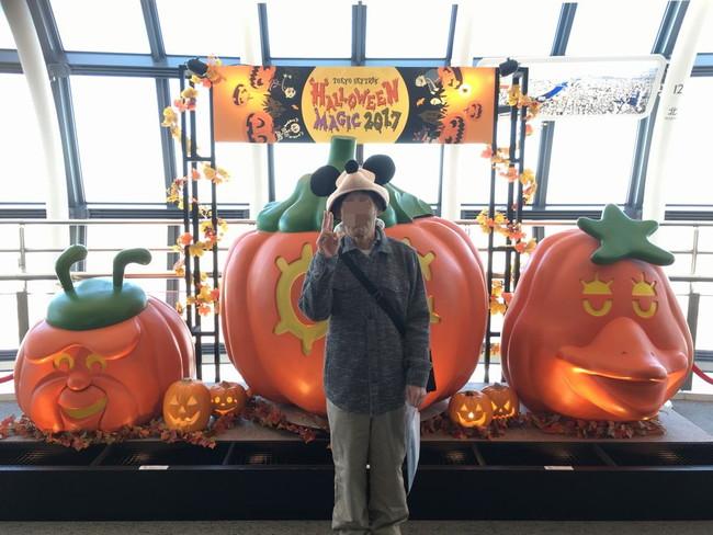 写真:大きなかぼちゃの前で記念撮影