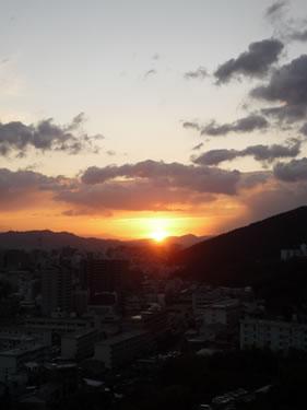 写真:大きな山から太陽が昇る