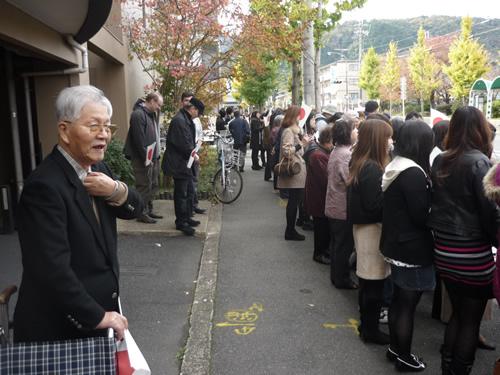 写真:天皇皇后両陛下が近くを通る