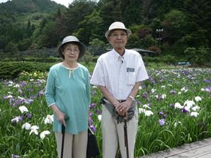 写真:ご夫婦でしょうぶの前で記念撮影