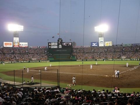 写真:甲子園球場の試合の様子