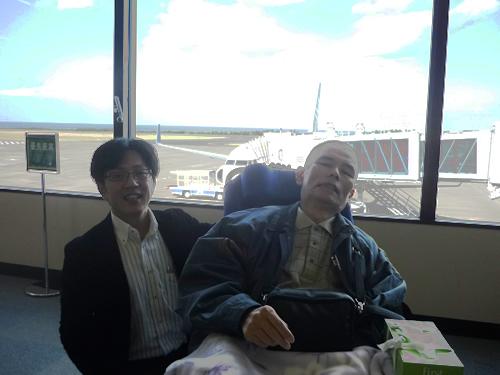 写真:空港で記念撮影