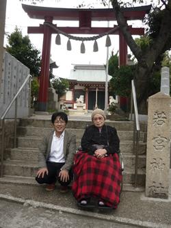 写真:若宮神社前で記念撮影