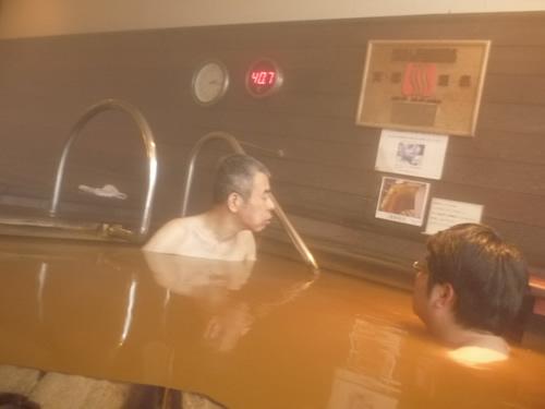 写真:エスコートヘルパーと温泉につかる。