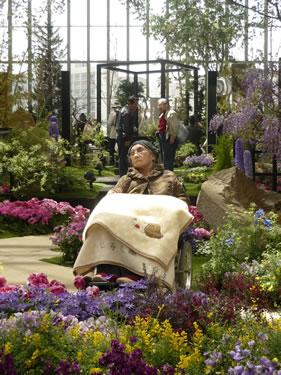 写真:花に囲まれ、記念撮影