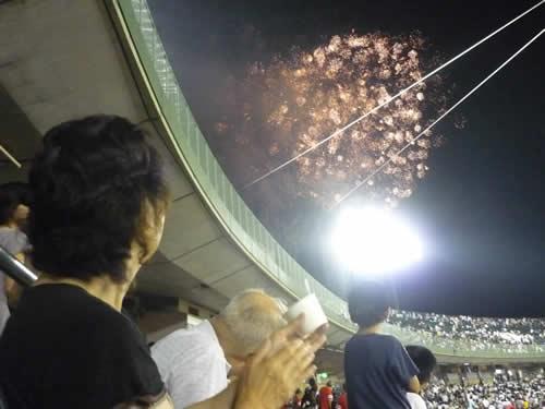 写真:球場に上がる花火