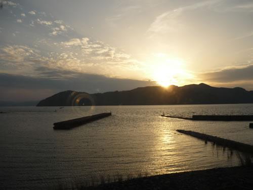 写真:琵琶湖に広がるキラキラ光る夕日