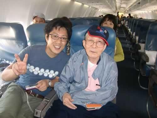 写真:飛行機内でエスコートヘルパーと撮影