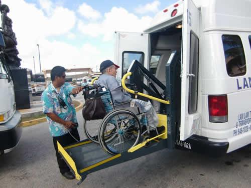 写真:グアムの介護タクシー。車いすごと乗車できます。