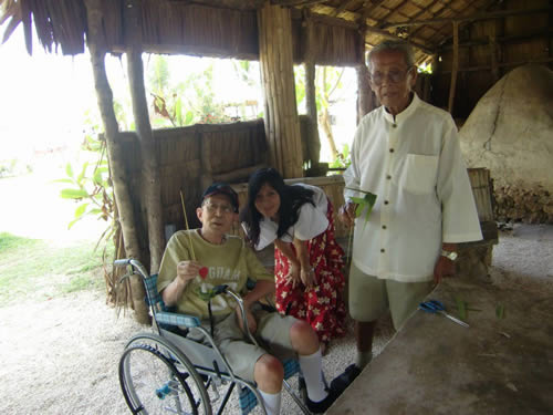 写真:農村に住むグアムの人たちと記念撮影