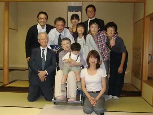 写真:親族の皆さんと一緒に記念撮影