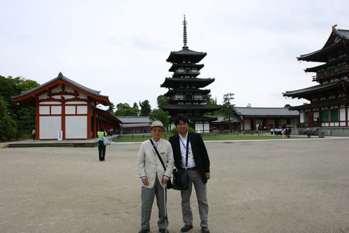 写真:薬師寺でエスコートヘルパーと記念撮影するお客様