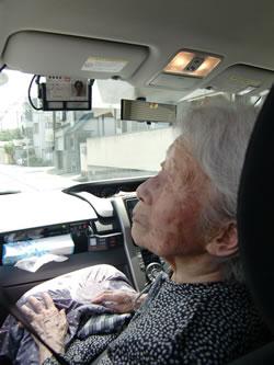 写真:タクシーの車内で物思いに耽る