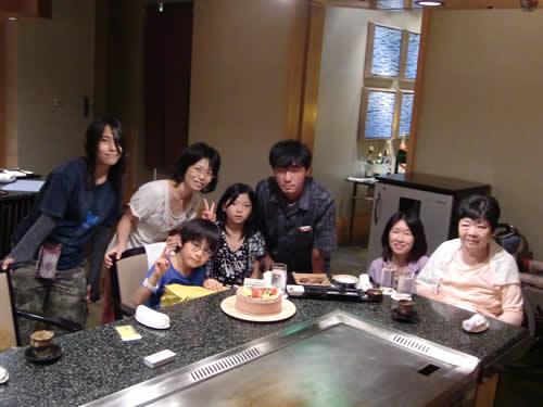 写真:家族みんなで揃って記念撮影